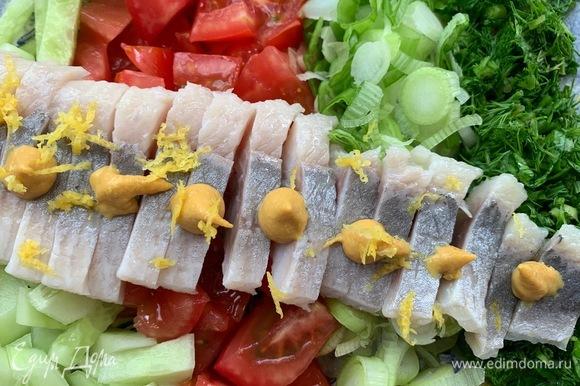 Филе сельди нарезаю, сверху кладу горчицу, лимонную цедру. Поливаю оливковым маслом.