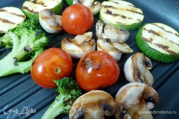 Для гарнира на гриле обжарить овощи и шампиньоны.