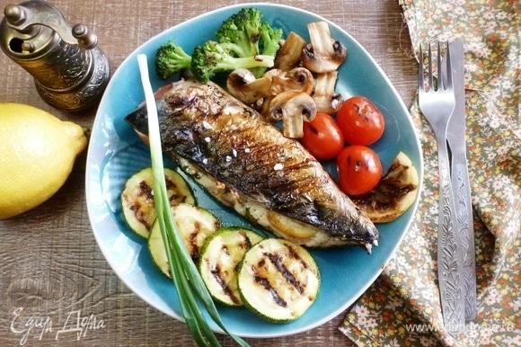 Вот и все! Сочная, ароматная и очень вкусная скумбрия с овощным гарниром готова. Овощи полить маслом и посыпать крупной солью. Просто идеальный ужин! Приятного аппетита!