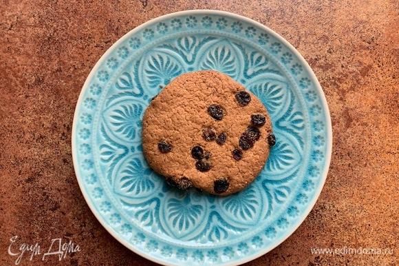 На тарелку положить печенье.
