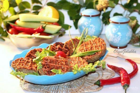 Готовые котлеты подаем с соусом: сметану смешиваем с кетчупом. Такие котлеты можно есть и в теплом, и в холодном виде. Приятного аппетита!