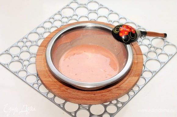 Приготовим соус. Смешиваем сметану (2 ст. л.), томатный кетчуп (2 ст. л.) и картофельный отвар (120 мл). Половинку оставшейся луковицы нарезаем маленькими кубиками. Выдавливаем прессом 1 зубчик чеснока. Добавляем в соус лук и чеснок, молотый перец и соль, перемешиваем.