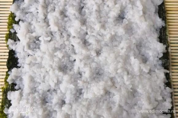 В первую очередь отвариваем рис. Он должен быть не сырым, но и не переваренным. 1:1,5 — соотношение риса и воды при варке. Для аромата к рису до закипания можно положить немного нори и потом убрать. Когда рис остынет, добавить заправку: рисовый уксус (2 ст. л.), соль, сахар по вкусу для придания аромата. Подкидывая, рис перемешиваем — таким образом он не превратится в кашу-размазню)