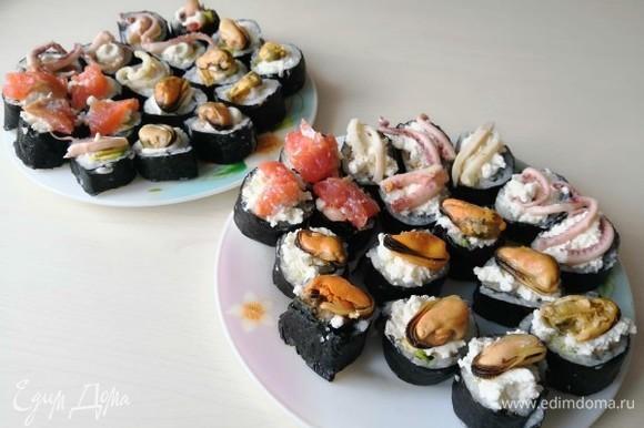 Сверху суши украсить тем, что находится внутри них: творожный сыр, мидии, кальмары и красная рыба.