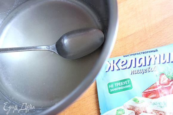 Приготовить желе согласно инструкции на упаковке с одним отступлением: если на упаковке указано «для 500 мл жидкости», вы должны для этого количества быстрорастворимого желатина (10 г) взять 200 мл воды, а не 500 мл. И не использовать сахар. Всыпать желатин в сотейник, добавить холодную воду (200 мл) и подогреть максимально до 60°C. Хорошо использовать специальный термометр для определения температуры жидкости. Постоянно помешивать до полного растворения желатина. Не кипятить! Дать желе немного остыть.