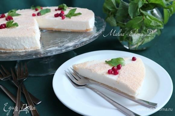 Отрезать кусочек мокрым ножом и наслаждаться удивительно тонким ароматом и нежнейшим вкусом десерта. Бумагу удалить при порционном нарезании десерта.