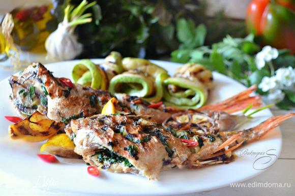 Подавайте рыбу с овощами, жаренными на гриле, и дольками лимона. Приятного вам аппетита!