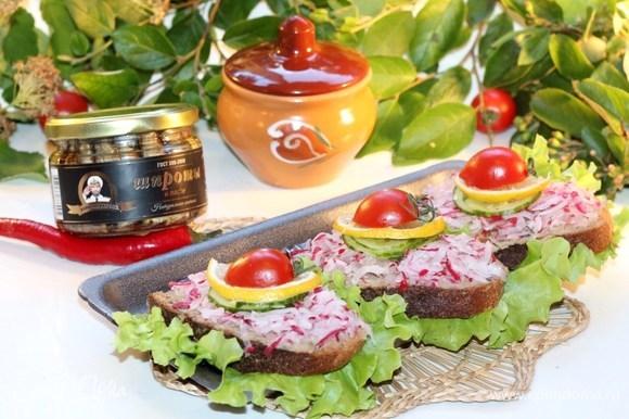 Приготовить такие бутерброды можно и на пикнике, прихватив с собой баночку с паштетом.
