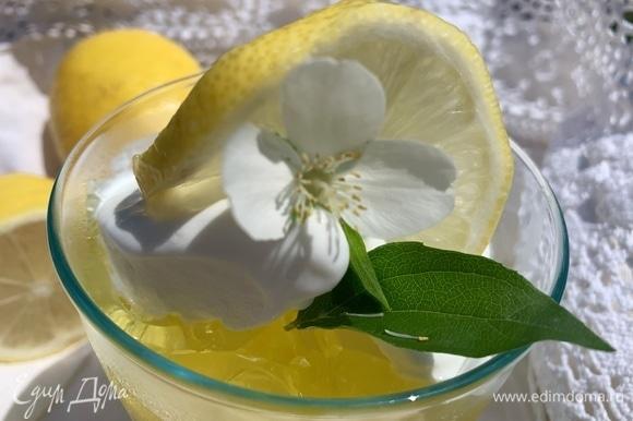 Сверху кладу дольку лимона. По желанию можно украсить (у меня цветок жасмина).