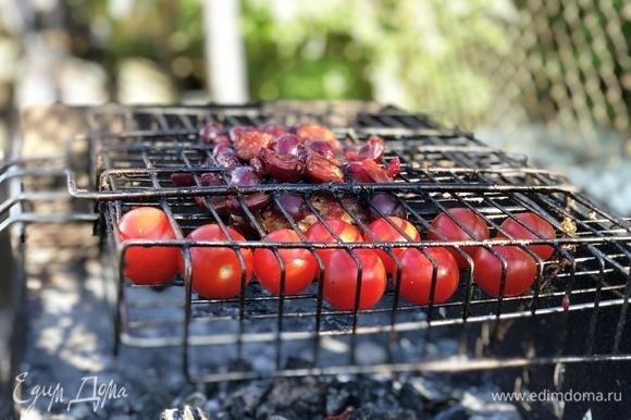 Ребра и помидоры, как приготовятся, снимаем.
