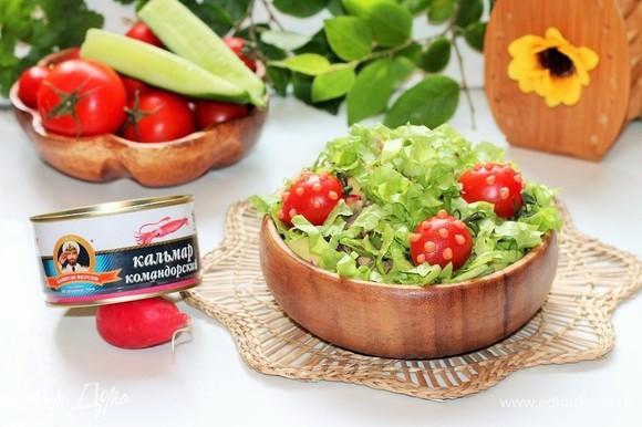 В сервировочное блюдо выкладываем салат, посыпаем сверху нарезанными стружкой листьями салата и украшаем помидорками черри. Такой салат очень вкусный и с добавлением домашнего майонеза.