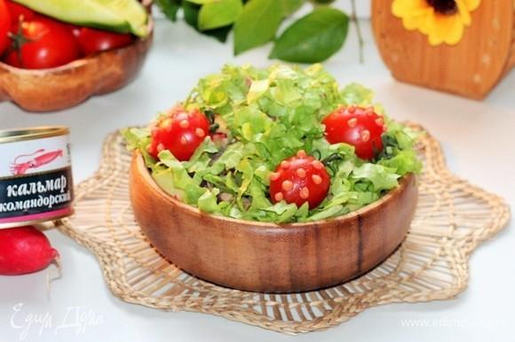Если взять салат с собой на пикник, то заправлять его лучше на месте. Приятного аппетита!