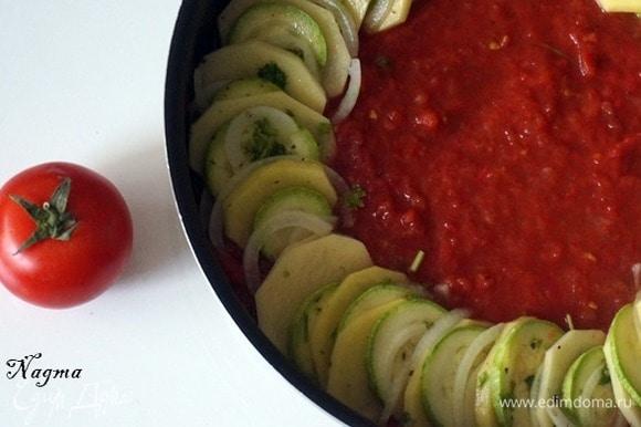 Приготовить соус: 5 помидоров измельчить в блендере или натереть на терке. Одну столовую ложку томатной пасты развести в небольшом количестве воды. Положить помидоры и томатную пасту в кастрюлю и довести до кипения. Добавить красный острый перец по вкусу. Взять большую круглую сковороду или форму для выпекания. На дно вылить томатный соус.