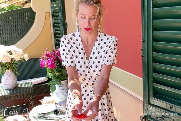 Нарезать клубнику вдоль не до конца, чтобы можно было разложить ягоду «веером».