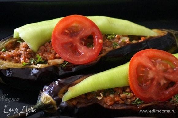 Сверху украсить половинками (или целыми, если маленькие) острого или сладкого перца и кружочками помидоров. Приготовить соус: разогреть растительное масло на сковороде, добавить лук, натертый на терке, и измельченный чеснок. Обжарить до золотистости. 1 столовую ложку томатной пасты смешать с 2 стаканами воды, посолить, добавить специи. Добавить в сковородку с луком. Довести до кипения. Снять с огня.