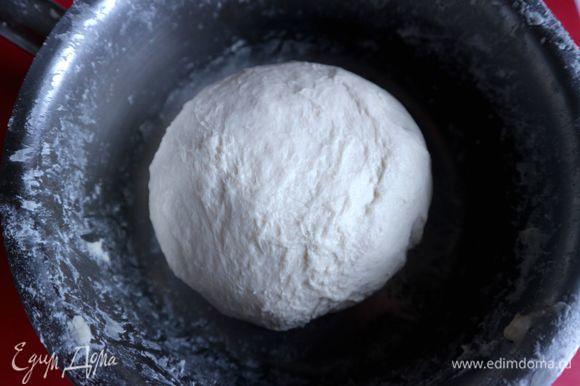 Приготовить тесто. Молоко смешать с водой, нагреть в сотейнике до температуры тела или чуть выше, добавить сахар, соль, дрожжи. В муку добавить постепенно молоко с водой, дрожжами, солью и сахаром, растительное масло. Замесить тесто — оно должно быть эластичным и отставать от рук. Скатать тесто в шар, затянуть миску с тестом пленкой, оставить подходить примерно на 40 минут при комнатной температуре.