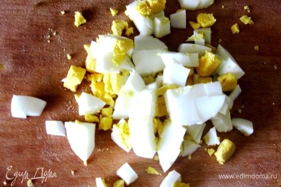 Добавляем перед подачей вареные яйца, зелень и немного сметаны.