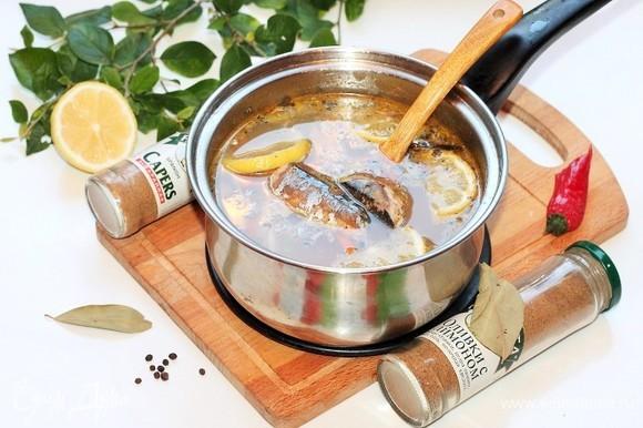 Добавляем дольки лимона (4 половинки), перец горошком, лавровый лист и сухие молотые каперсы и оливки (или консервированные). Солим суп и на слабом огне доводим до кипения.