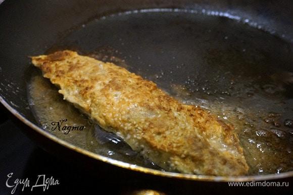 Обжарить рыбу на среднем огне с каждой стороны до образования румяной корочки.