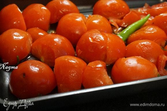 Помыть помидоры и халапеньо или 1 зеленый чили, обсушить. Помидоры разрезать пополам. Противень смазать оливковым маслом, выложить помидоры и перец.