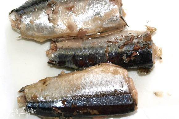 Извлекаем кусочки рыбы без масла (100 г). Измельчаем вилкой.