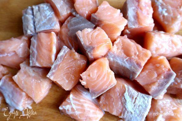 Вынуть филе семги из раствора, обсушить бумажными салфетками, нарезать на крупные кубики со стороной 3 см или 3,5 см, опустить в рыбный суп буквально на 1 минуту, суп не должен кипеть. Затем добавить сливки, хорошо перемешать, прогреть, снять с огня. Накрыть крышкой. Дать немного постоять. Вообще, этот суп рекомендуется есть на следующий день, чтобы он настоялся. Поэтому после полного остывания можете убрать его в холодильник. Но мы ели сразу — разве можно устоять?