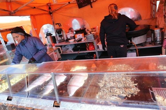 И несколько фото из поездки в Хельсинки. Из такого лосося на торговой площади Кауппатори готовят и супчик, и другие блюда. Есть, конечно, здесь и другая рыбка. Очень вкусного угря горячего копчения можно попробовать на рынке.
