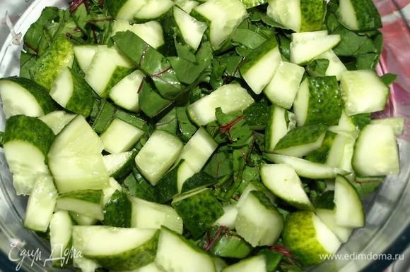 Огурцы нарезать. Не мельчить, иначе огурцы пустят сок и будет невкусно. Добавить у остальным овощам.