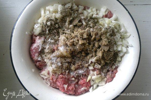 Добавить к фаршу соль, перец, сушеный базилик, перемешать.