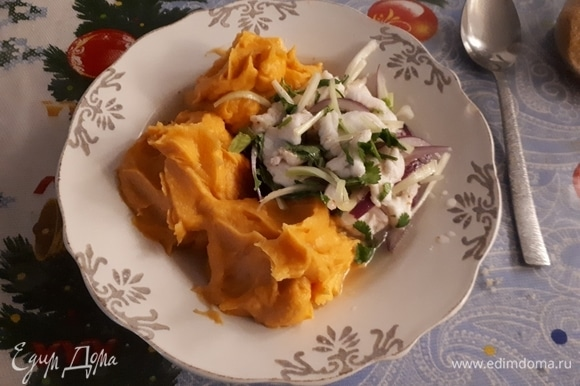 Когда рыба замариновалась, добавить к ней лук, сельдерей и измельченную кинзу. Сервировать в глубоких тарелках с пюре из батата.