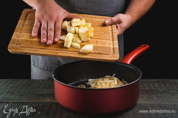 Разогрейте в сковороде растительное и сливочное масло, положите лук и обжарьте до золотистого цвета, постоянно помешивая. Добавьте яблоки, сушеный тимьян и шалфей, сахар. Перемешайте и тушите под крышкой в течение 10 минут.