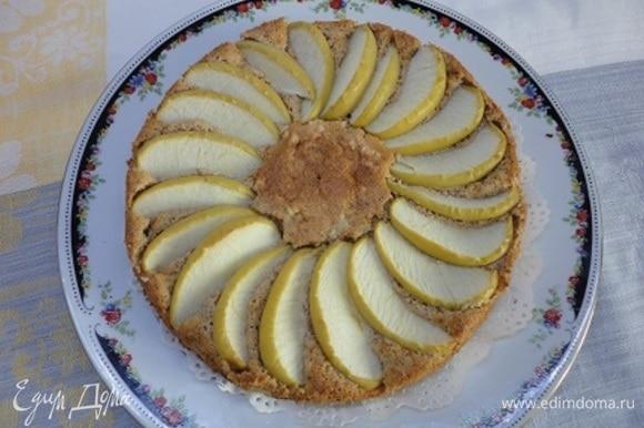 Выпекать 40 минут при температуре 170–180°C. Проверять пирог на готовность деревянной шпажкой.
