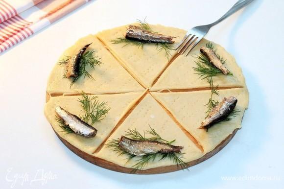 На каждую часть теста кладем по одной рыбке и небольшой веточке укропа. Закручиваем начинку.