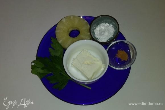 Необходимые ингредиенты. Для этого десерта понадобится консервированный ананас кружочками.