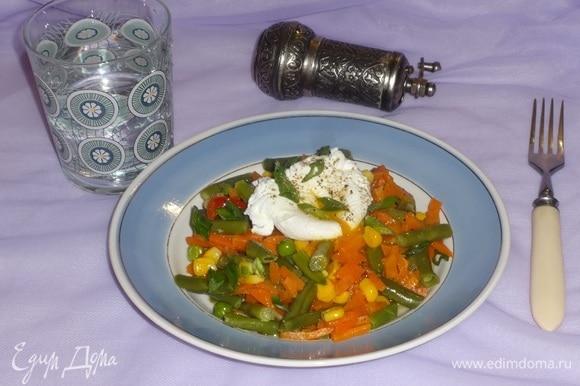 Готовые овощи разложить по тарелкам, сверху положить яйцо пашот. Посыпать нарезанным зеленым луком. Подать к столу. Угощайтесь! Приятного аппетита!