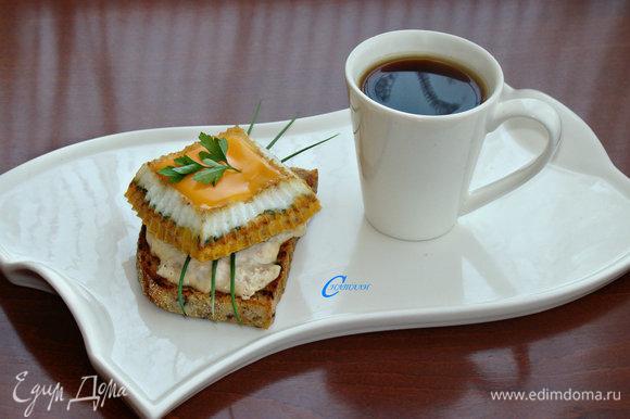 Сверху на яйцо уложить ломтик плавленого сыра или кому что нравится. Заварить чай или приготовить кофе. Вот и все — вкусный и сытный завтрак готов!