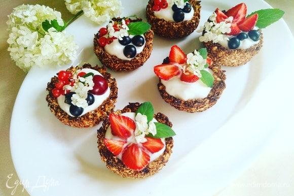 Заполняем корзиночки греческим йогуртом, украшаем сезонными ягодами, можно добавить веточку мяты. Приятного аппетита. Вкусный быстрый завтрак готов!