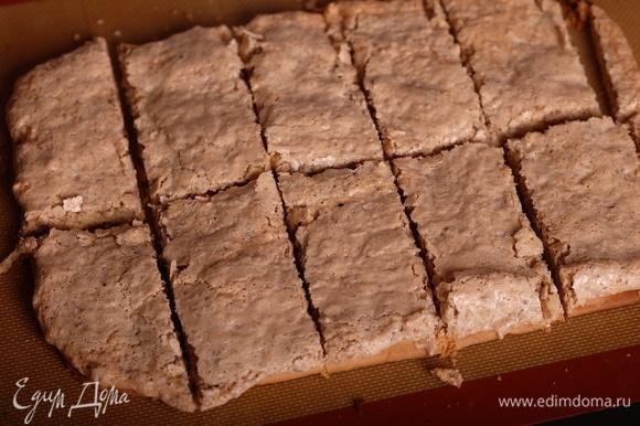 Выпекать пласт при 160°C 20–25 минут. Вынуть пласт из духовки и сразу же нарезать на прямоугольники (или квадраты). Если печенье остынет, разрезать уже не удастся — оно затвердеет и будет крошиться и ломаться.