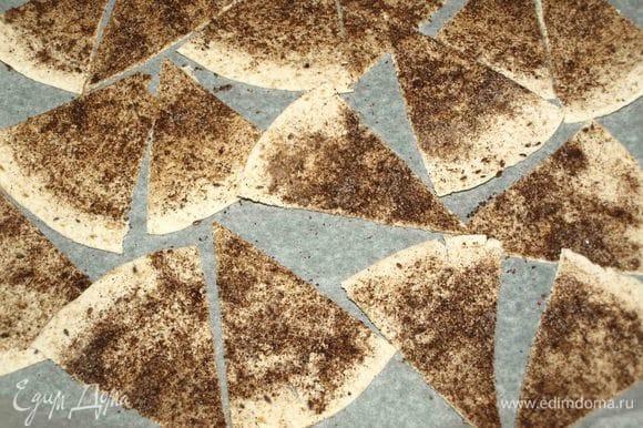 Разрезать тортильи на сегменты. Складываем на противень, застеленный пекарской бумагой. Отправляем в духовку на 10 минут.