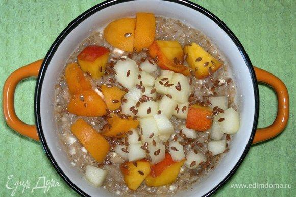 Посыпать кашу с фруктами семенами льна.