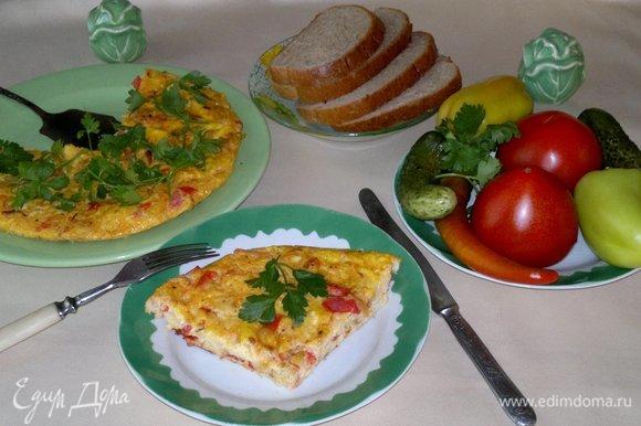 Подать к столу, разрезать на порции. Очень вкусно со свежими овощами и малосольными огурчиками. Угощайтесь! Приятного аппетита!