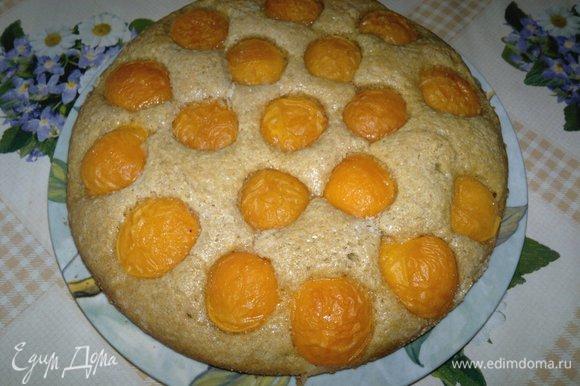 Готовый пирог достать из духовки, выложить из формы на блюдо. Дать немного остыть.