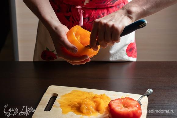 Выскребите помидор, как чашечку.