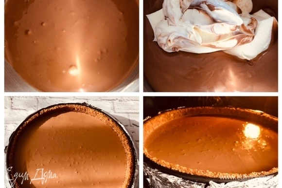 Последней в начинку добавляем сметану и все смешиваем до однородной консистенции. Вынимаем форму из морозилки и выливаем в нее начинку. Отправляем выпекаться чизкейк в разогретую до 180°C духовку на 60–70 минут. Я все свои чизкейки выпекаю на водяной бане, саму форму оборачиваю в фольгу (как на фото). Помещаю обернутую форму в емкость большего диаметра (у меня стеклянная жаропрочная форма) и все это сооружение отправляю на противень, в который заливаю воду. Выпекаю минут 10 чиз при температуре 180°C, затем накрываю его сверху фольгой (ставлю решетку на уровень выше и на нее уже фольгу, чтобы к чизу не пристала фольга) и понижаю температуру до 170°C. Но это моя духовка, я к ней приспособилась, вы следите за своей.