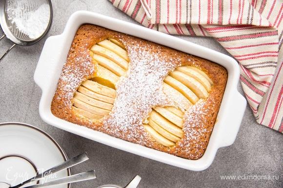 Выпекать при 190°C 30–40 минут. Готовый пирог немного остудить и посыпать сахарной пудрой.