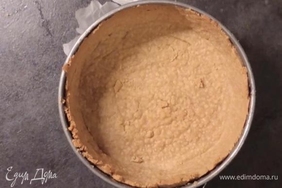 Когда корж испечется, достаньте из духовки и убавьте температуру духовки до 160°С для дальнейшей выпечки чизкейка.