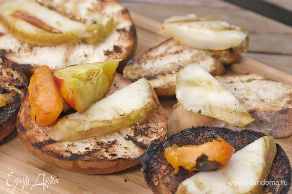 Фрукты снять с огня и выложить на хлеб.