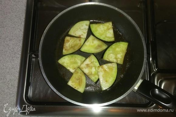Нарезанные кусочками баклажаны обжариваем на оливковом масле (по 1 минуте с каждой стороны).