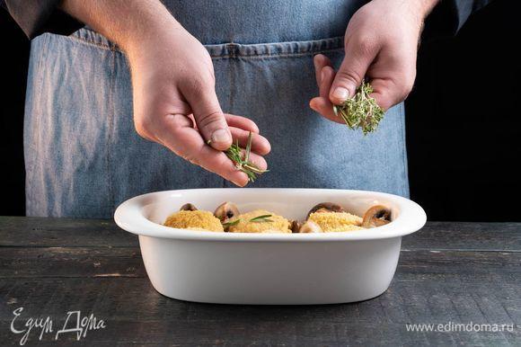 Добавьте к биточкам жареные грибы, тимьян и розмарин.