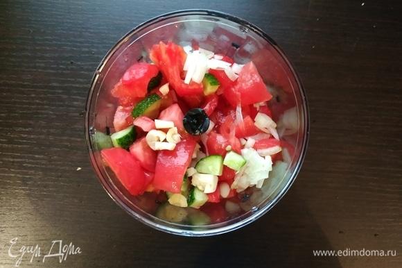 Огурец и помидоры произвольно нарезать, чтобы удобнее было положить в блендер, лук и чеснок нарезать поменьше. Все сложить в блендер и взбить до однородности.